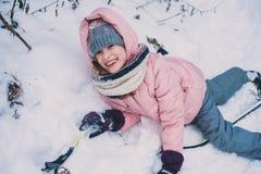 lycklig barnflickaskidåkning i den snöig skogen för vinter som spenderar utomhus- ferier fotografering för bildbyråer