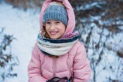 lycklig barnflickaskidåkning i den snöig skogen för vinter som spenderar utomhus- ferier arkivbild