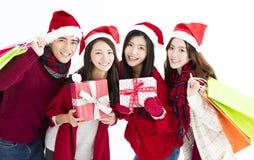 Lycklig barngrupp, i den santa hatten och att shoppa tillsammans Royaltyfria Foton