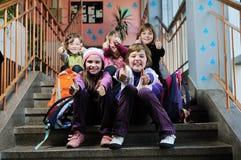Lycklig barngrupp i skola Royaltyfri Bild