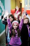 Lycklig barngrupp i skola Arkivbild