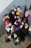Lycklig barngrupp i skola Arkivfoton