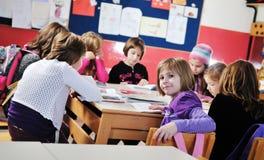 Lycklig barngrupp i skola Fotografering för Bildbyråer