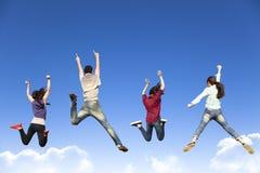 Lycklig barngrupp som tillsammans hoppar Arkivfoton