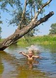Lycklig barnlek i vatten fotografering för bildbyråer