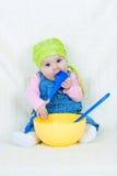 lycklig barnmatlagning Arkivbilder