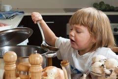 Lycklig barnmatlagning Royaltyfri Foto