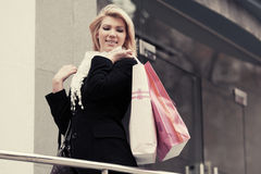 Lycklig barnmodekvinna med shoppingpåsar Arkivbilder