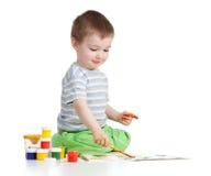 Lycklig barnpojke med målarfärger Royaltyfria Bilder