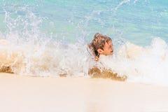 Lycklig barnpojke som har gyckel i vatten, tropisk sommarvacat Royaltyfri Bild
