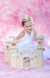 Lycklig barnprinsessa med hennes slott Royaltyfria Foton