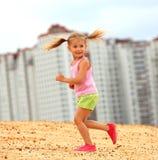 Lycklig barnrunning arkivbilder