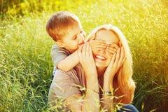 lycklig begreppsfamilj Lycklig moder och hennes barnson Arkivbilder