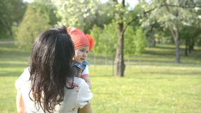 lycklig begreppsfamilj Mamman med hennes lilla dotterlek i sommaren parkerar lager videofilmer