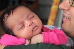 Lycklig begynnande dotter i armar för fader` s fotografering för bildbyråer