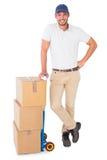 Lycklig benägenhet för leveransman på spårvagnen av askar Arkivfoton