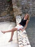 lycklig benägenhet för tillbaka blond flicka royaltyfri fotografi