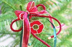 Lycklig berlock för dekorativ jul på grönt träd royaltyfri bild