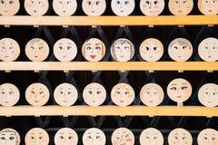 Lycklig berlock för träbräde med framsidabild på den Kawai relikskrin i Kyoto, Japan royaltyfria foton