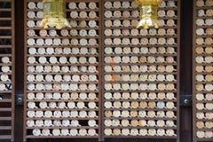 Lycklig berlock för träbräde med framsidabild på den Kawai relikskrin arkivbild