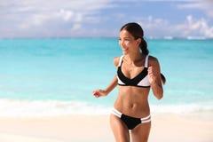 Lycklig bikinikvinna som har gyckel på strandferie Royaltyfria Foton
