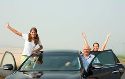lycklig bilfamilj Arkivbilder