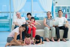 Lycklig blandad familj Arkivbilder