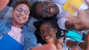 Lycklig blandras- vängrupp som tar selfie med den mobila smarta telefonen - ungt hipsterfolk som missbrukas av smartphonen på stock video