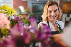 Lycklig blomsterhandlare - lyckad små och medelstora företagägare royaltyfria foton