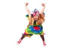 Lycklig blond barnflicka i färgrik klänning för hippie mot den vita väggen Royaltyfria Foton