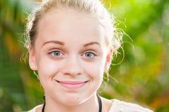 Lycklig blond Caucasian stående för tonårs- flicka royaltyfri bild