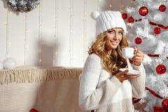 Lycklig blond flicka med julklappar Arkivfoton