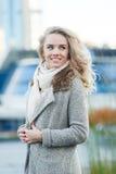 Lycklig blond flicka med närbild för blåa ögon på gatan royaltyfria foton
