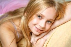 lycklig blond flicka skincare och naturlig makeup sk?nhetfris?rsalong sunt långt hår med naturlig färg arkivbilder