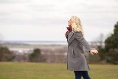 Lycklig blond flicka utanför arkivbild
