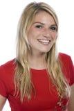 Lycklig blond kvinna i röd skjortastående arkivfoton