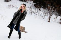 Lycklig blond kvinna i vinterkläder Royaltyfri Bild