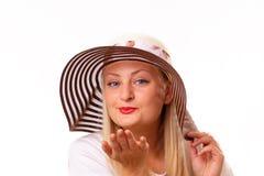 Lycklig blond lady i en hatt Royaltyfri Foto