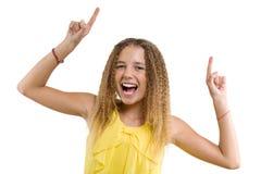 Lycklig blondin med lockigt hår, tonårig flicka som pekar upp hennes pekfinger och att indikera kopieringsutrymme på den vita tom arkivfoton