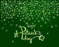 Lycklig bokstäver för dag för St Patrick ` s på mousserande mörker - den gröna växt av släktet Trifoliumtreklövern lämnar bakgrun Royaltyfria Bilder