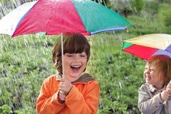 Lycklig broder med paraplyet utomhus Royaltyfria Bilder