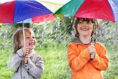 Lycklig broder två med paraplyet Arkivbild