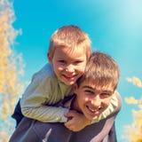 Lycklig broderst?ende royaltyfria bilder