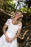 Lycklig brud i den vita klänningen royaltyfri bild