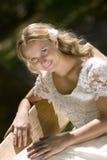 Lycklig brud i den vita klänningen arkivfoton