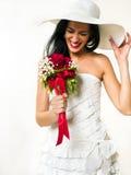 Lycklig brud med den vita hatten och buketten Royaltyfri Fotografi