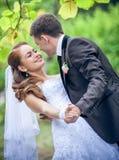 Lycklig brud och brudgum fotografering för bildbyråer