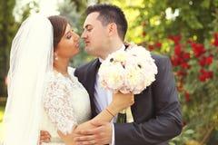 Lycklig brud och brudgum Royaltyfri Bild