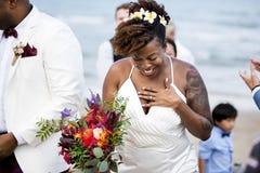 Lycklig brud och brudgum i en bröllopceremoni på en tropisk ö arkivbilder