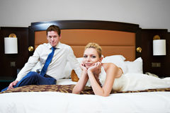 Lycklig brud och brudgum i sovrum Royaltyfria Foton